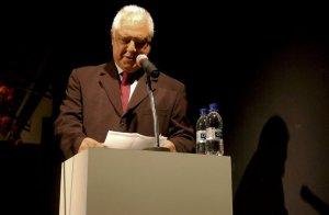 Antonio Fagundes presta sua homenagem à atriz como mestre de cerimônia.